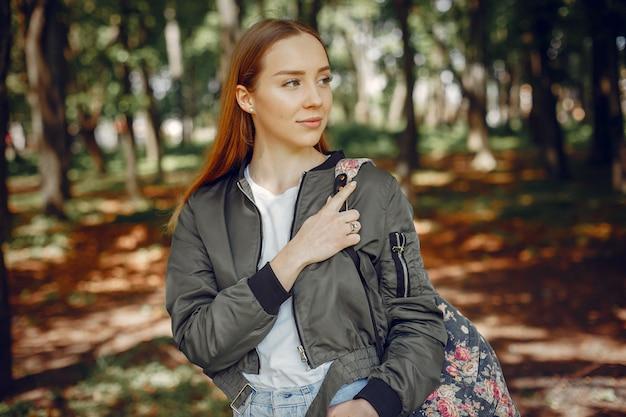 Menina elegante e elegante em uma floresta
