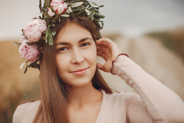 Menina elegante e moderna em um campo de verão
