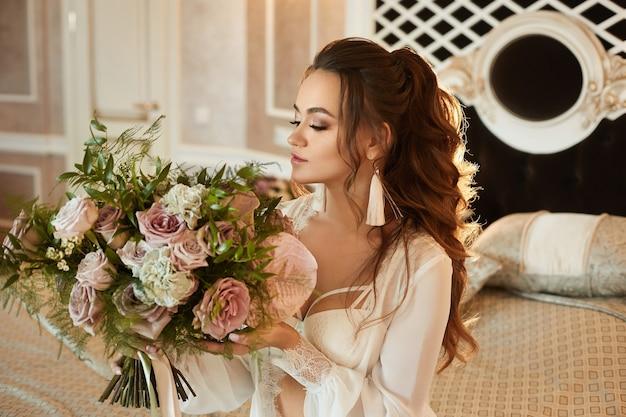 Menina elegante e sexy modelo morena com maquiagem suave e corpo perfeito em sutiã de renda da moda e ...