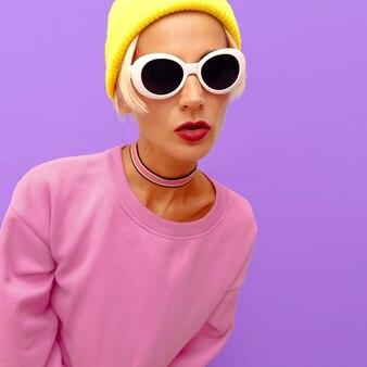 Menina elegante em acessórios de moda. gorro, óculos de sol e gargantilha. vibrações da moda baunilha