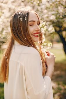 Menina elegante em um parque primavera