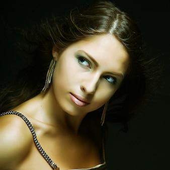 Menina elegante em vestido de ouro
