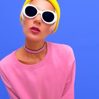 Menina elegante muamba em acessórios de moda. gorro, óculos de sol e gargantilha. vibrações da moda baunilha