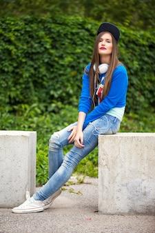 Menina elegante posando do lado de fora