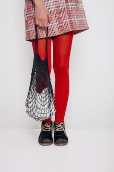 Menina elegante saia eco saco de compras de malha
