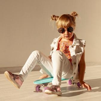 Menina elegante, sentado no skate