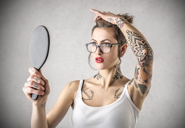 Menina elegante tatuada
