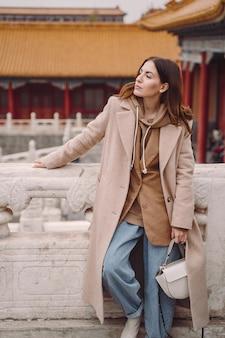 Menina elegante, visitando a cidade proibida em pequim na china