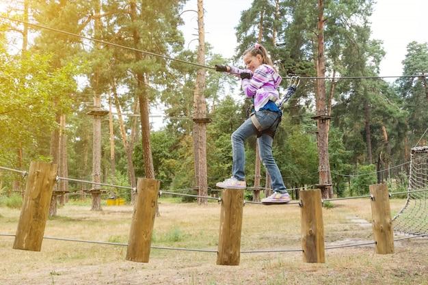 Menina, em, aventura, escalando, alto, fio, parque