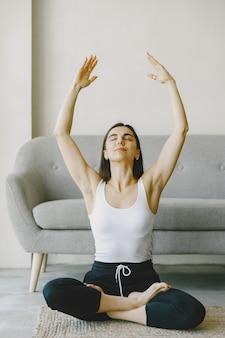 Menina em boa forma física. exercícios de ioga. menina com cabelo comprido