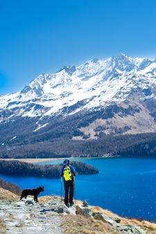 Menina em caminhadas montanha com seu cachorro fiel