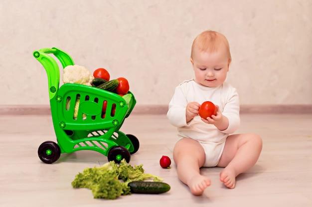 Menina em casa com um carrinho de legumes