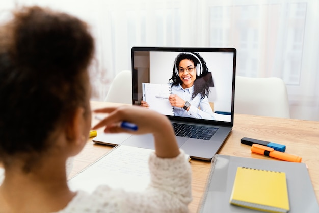 Menina em casa durante a escola online