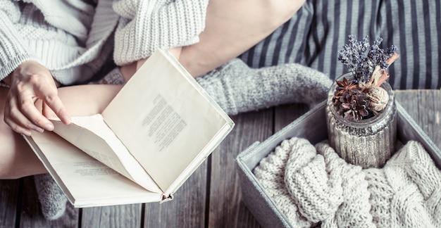 Menina em casa lendo um livro
