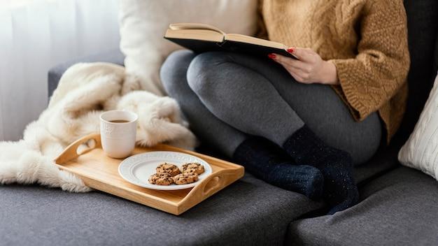 Menina em casa lendo