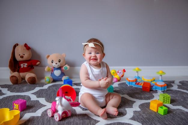 Menina em casa sentada no chão brincando com brinquedos