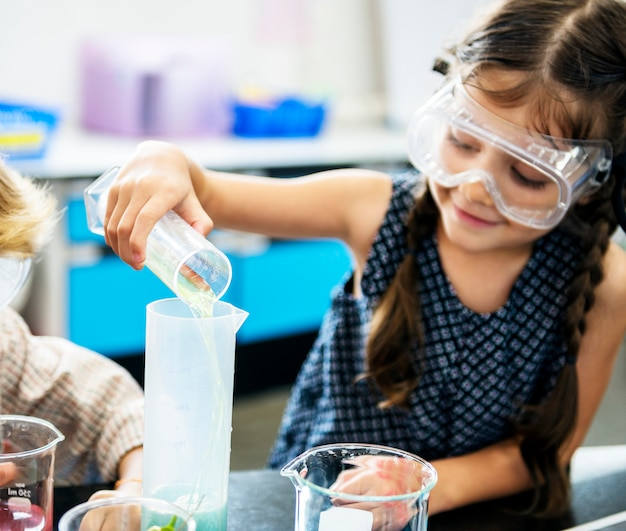 Menina, em, elementar, ciência, laboratório