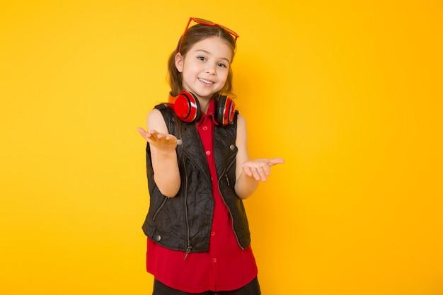 Menina em fones de ouvido