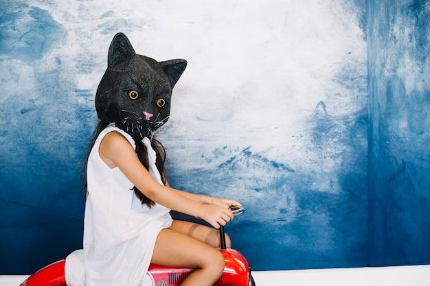 Menina em gato máscara de halloween