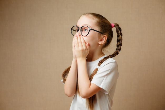 Menina em glases se divertindo retrato
