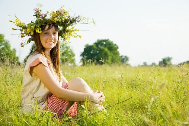 Menina em grinalda de flores