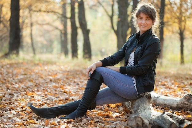 Menina em jaqueta e sapatos altos pretos