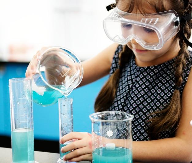 Menina, em, laboratório ciência