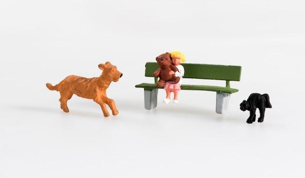 Menina em miniatura com seu cão de estimação e gato