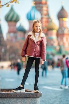 Menina em moscou na praça vermelha