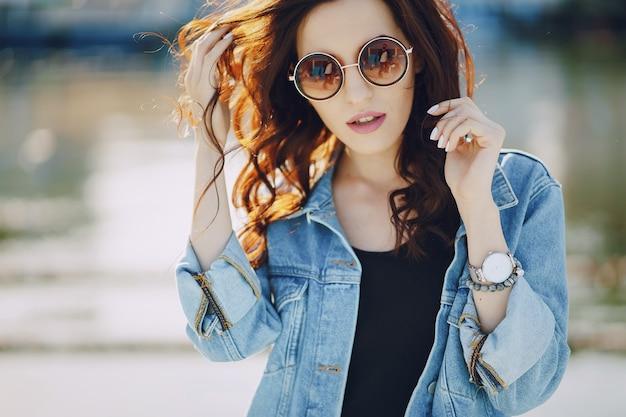 Menina em óculos de sol