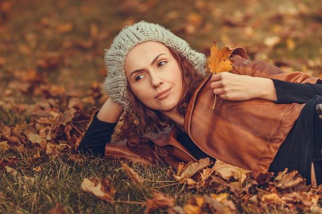 Menina, em, outono, parque