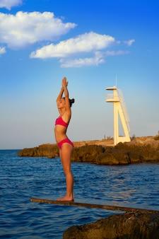 Menina, em, pôr do sol praia, ligado, trampoline