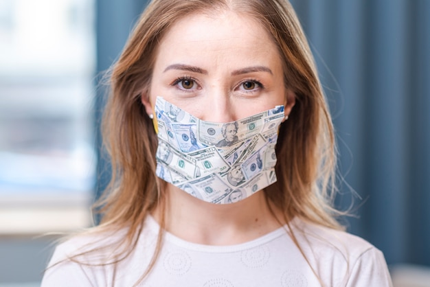 Menina em quarentena, usando uma máscara de dinheiro