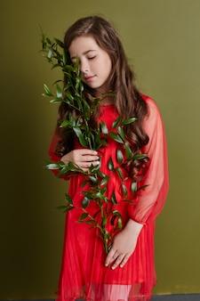 Menina em roupas de primavera brilhante. aparência romântica e sorriso no rosto