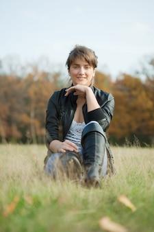 Menina em sapatos altos pretos no outono