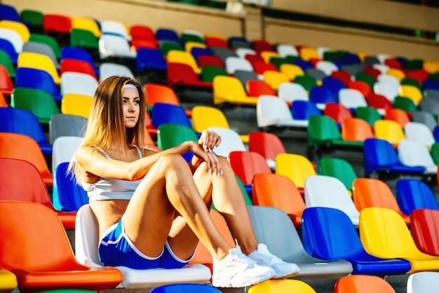 Menina, em, shorts azuis, sentando, ligado, estádio