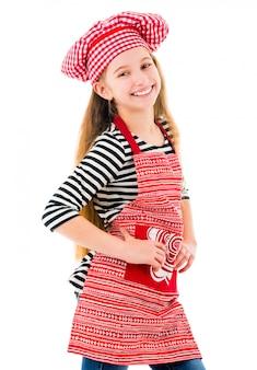 Menina em sorrisos uniformes de chef vermelho