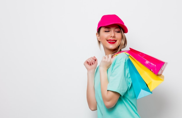 Menina em t-shirt azul com sacos de compras