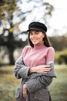 Menina em um boné de jornal em um parque