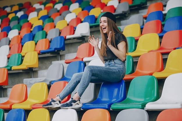 Menina em um estádio