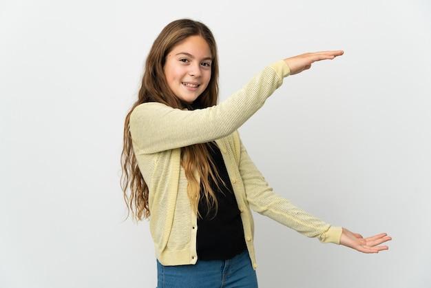 Menina em um fundo branco isolado segurando copyspace para inserir um anúncio