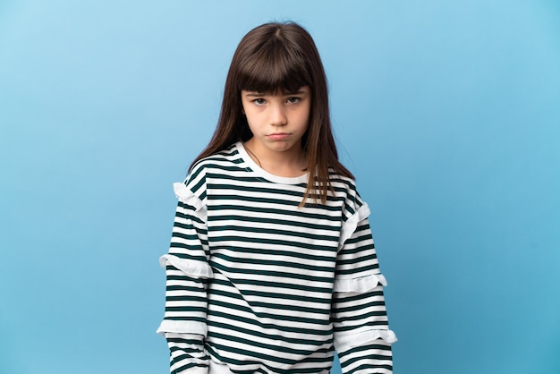 Menina em um fundo isolado com uma expressão triste