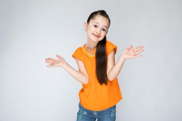 Menina, em, um, laranja, t-shirt, e, calças de ganga