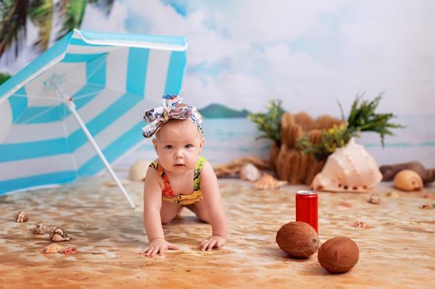 Menina em um maiô em uma praia arenosa