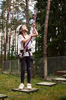 Menina em um obstáculo em uma cidade de corda