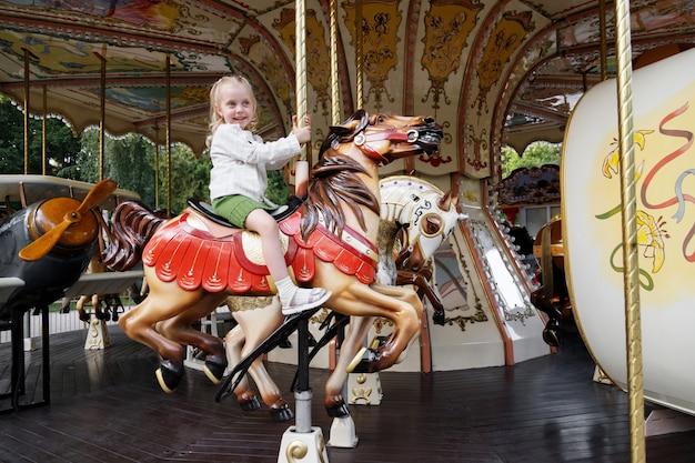 Menina em um parque de diversões passeios