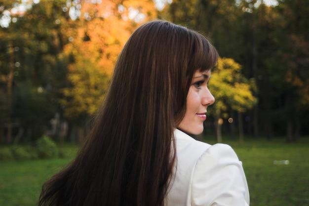 Menina em um parque em um dia ensolarado