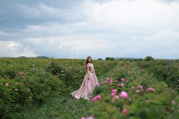 Menina em um parque rosa