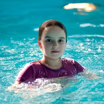 Menina, em, um, piscina, em, gimli, manitoba, canadá