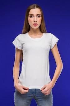 Menina em um tshirt